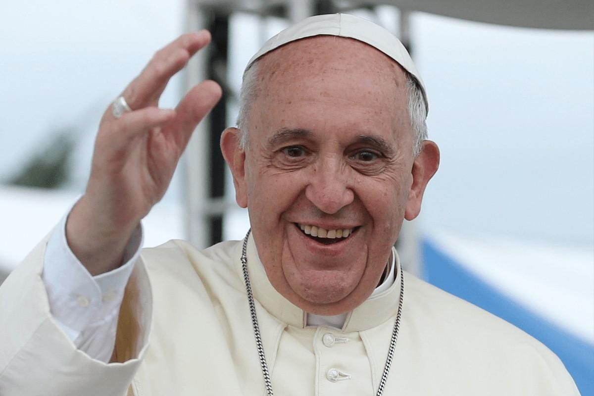 Műteni kellett Ferenc pápát