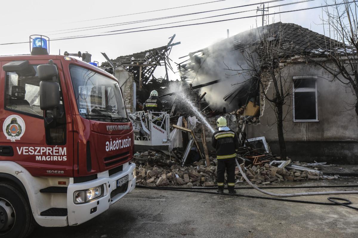 Tűzoltók dolgoznak egy veszprémi társasháznál 2019. január 22-én, miután az épületben feltehetően gázrobbanás történt.
