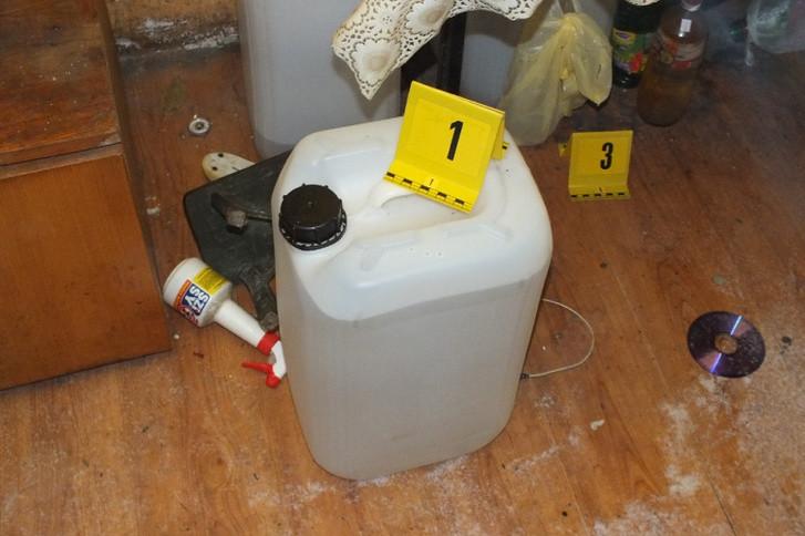 Harminc liter ginát találtak Vácon egy istállóban