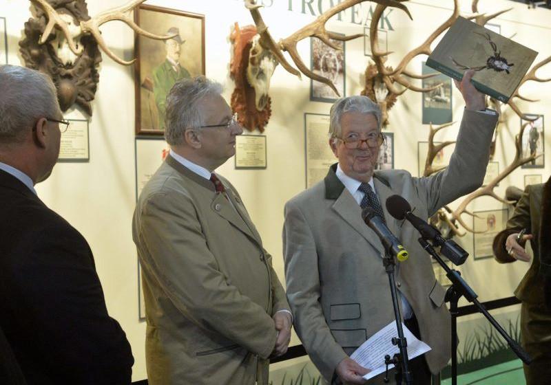 Habsburg-Lotharingiai Mihály Semjén Zsolt miniszterelnök-helyettes társaságában a FeHoVa (Fegyver, Horgászat, Vadászat) kiállítás megnyitóján 2016 februárjában.