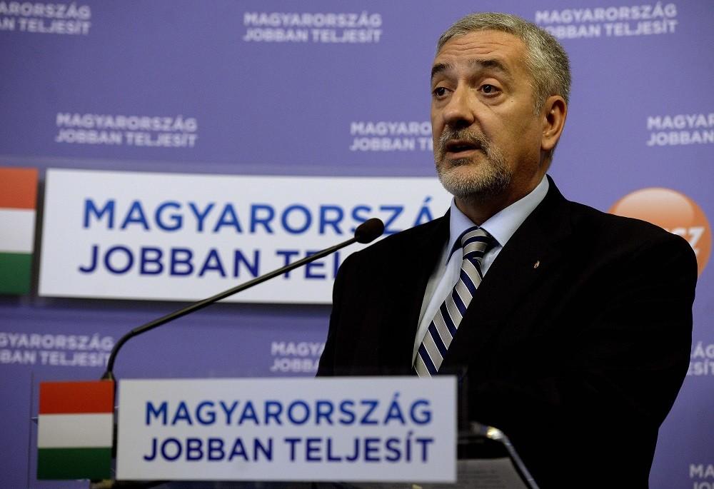 Halász János, a Fidesz-frakció szóvivője sajtótájékoztatót tart A Fidesz-frakció kampányt indít a kötelező betelepítési kvóta elleni összefogás érdekében címmel az Országházban 2015. december 1-ján.