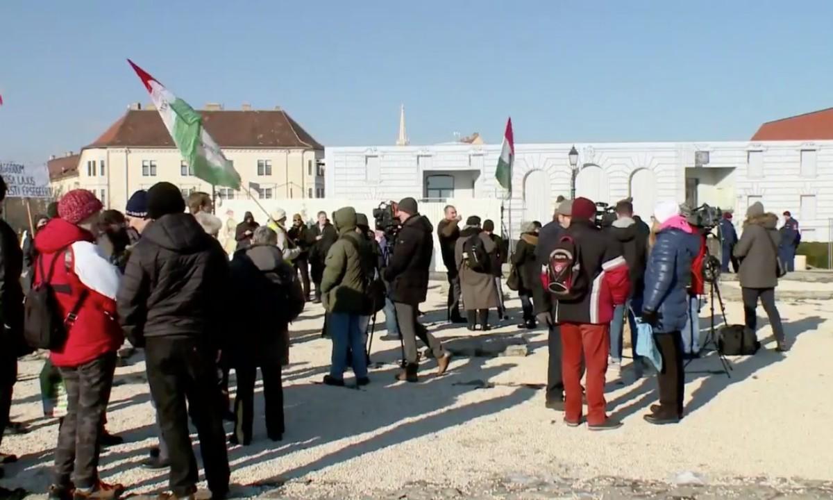 Orbán házavatója: tüntetnek a Várban a miniszterelnökség előtt