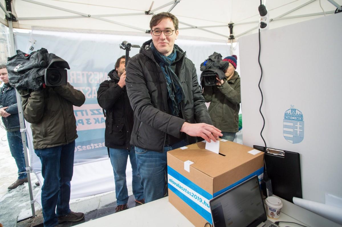 Karácsony Gergely, a Párbeszéd jelöltje leadja szavazatát a baloldali pártok főpolgármester-jelölti előválasztásán Budapesten, a Nyugati téren 2019. január 28-án.