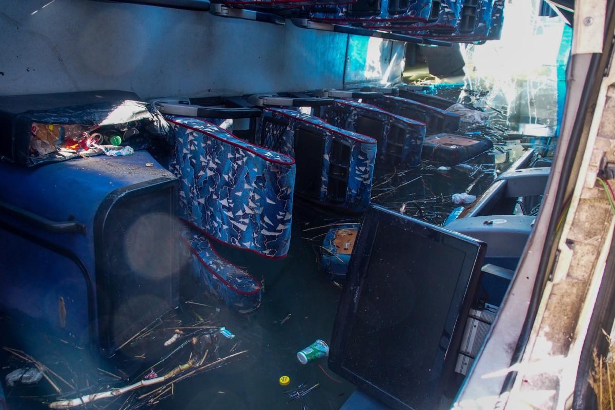 Tass határában a hídról a Kiskunsági-főcsatornába zuhant autóbusz utastere 2019. január 6-án.