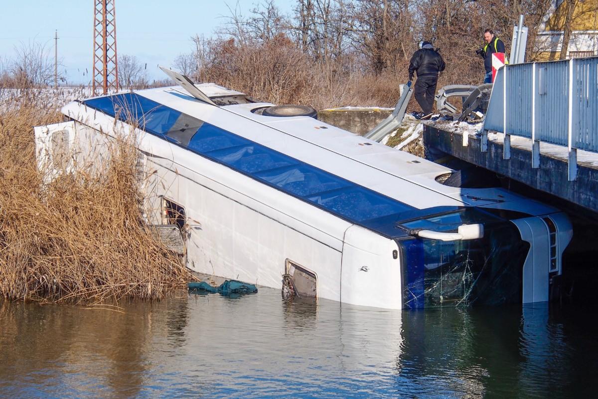 Tass határában a hídról a Kiskunsági-főcsatornába zuhant autóbusz 2019. január 6-án.