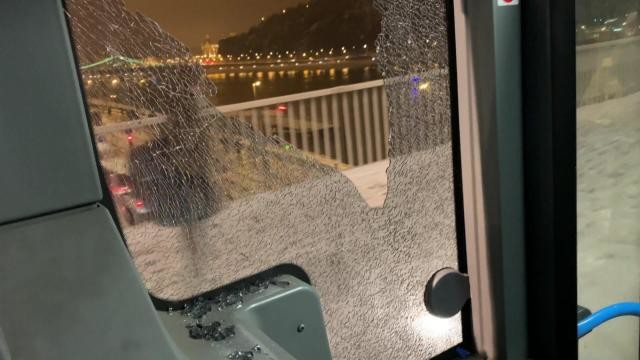 Kirobbant a busz ablaka az Erzsébet hídnál, a sofőr így is tovább szállította az utasokat