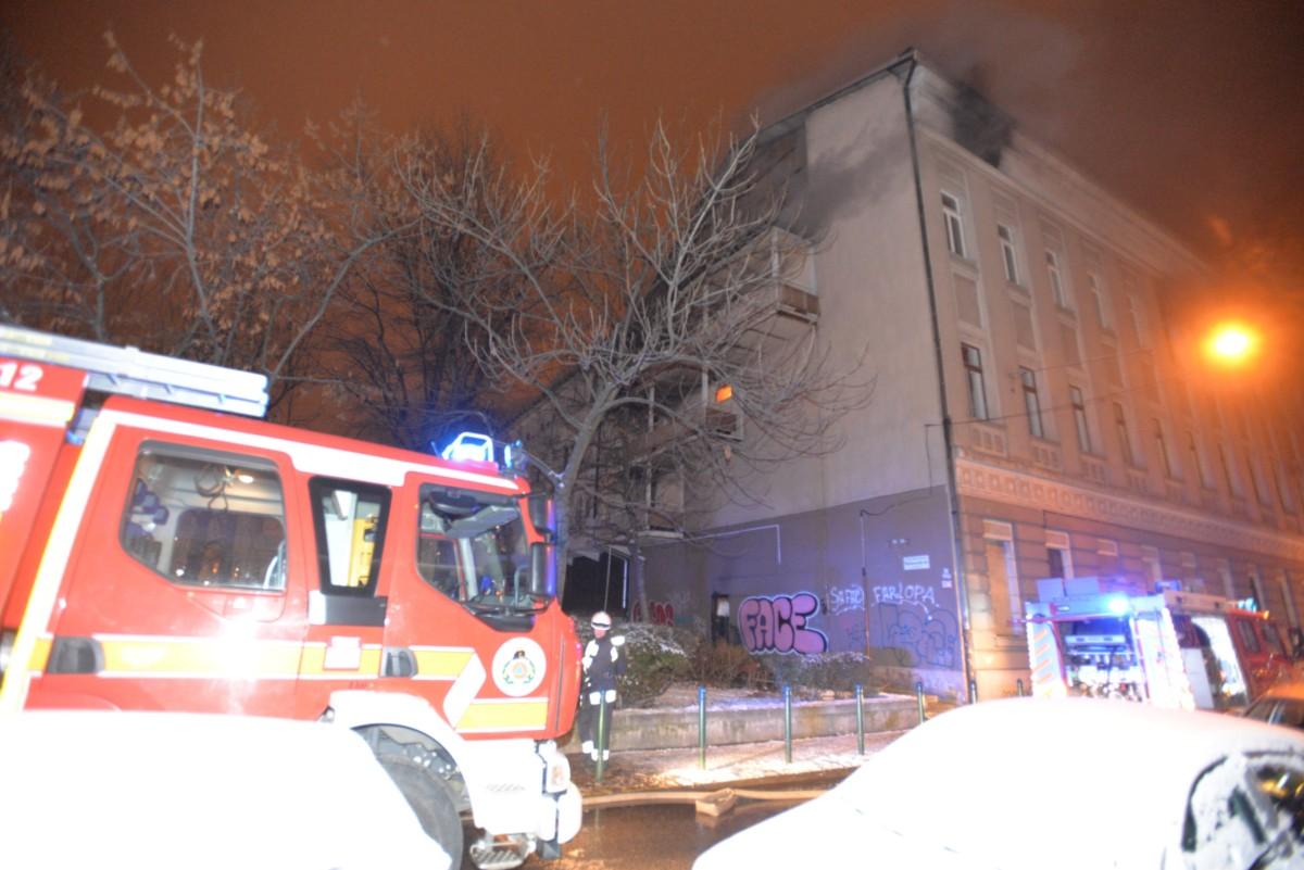 Füst gomolyog egy kollégium égő épületéből Budapest IX. kerületében, a Markusovszky téren 2019. január 23.