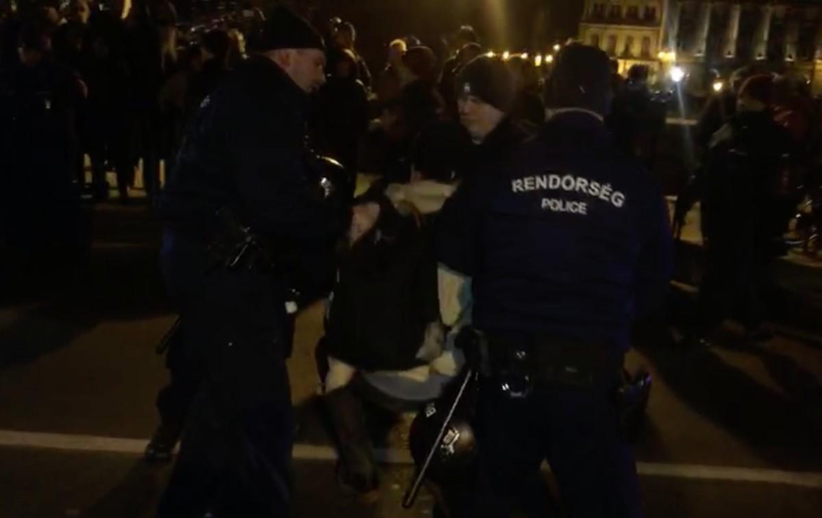 Lezárták a Lánchidat a tüntetők