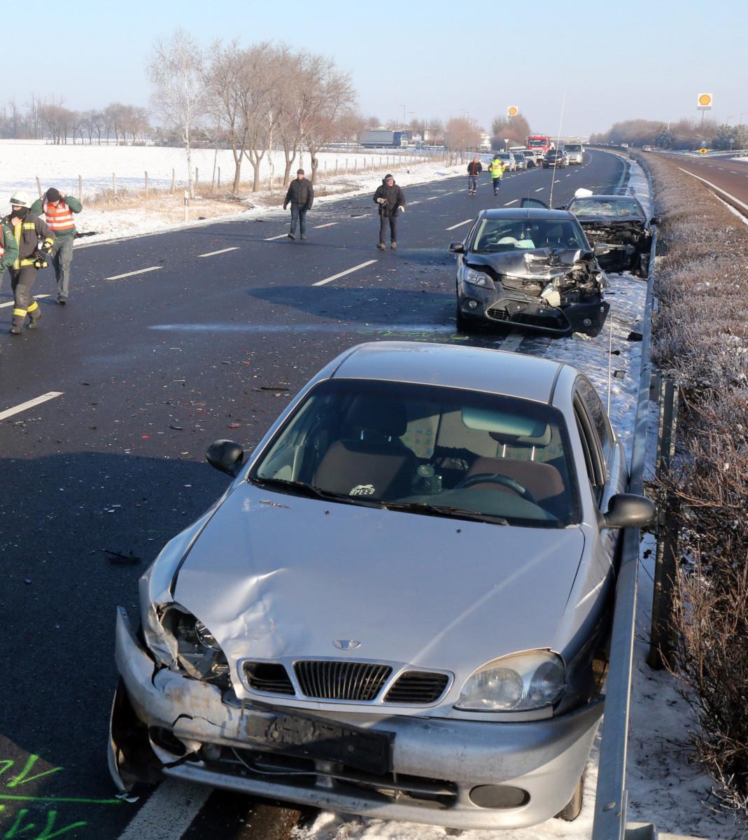Összeroncsolódott személyautók az M3-as autópályán, Mezőkeresztes térségében 2019. január 21-én.
