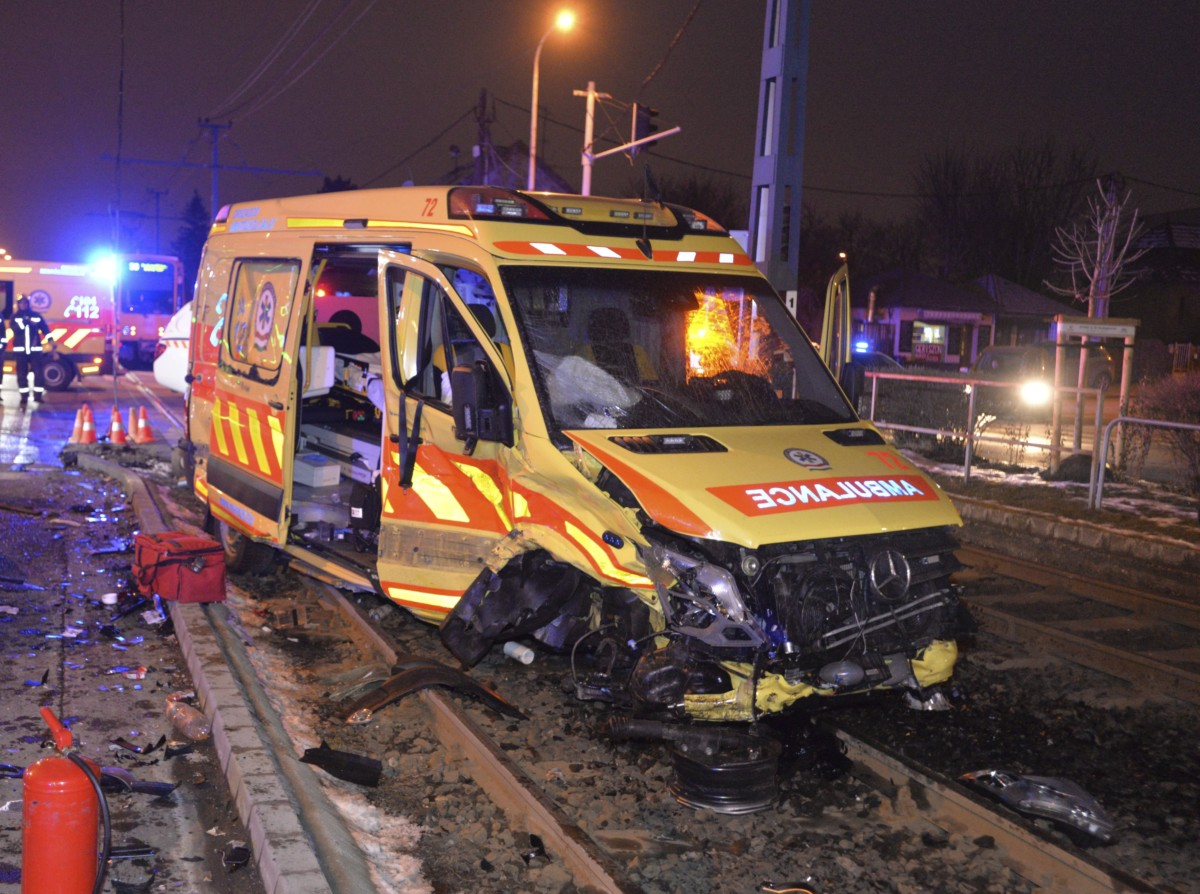 Összetört mentőautó, miután személygépkocsival ütközött a XVIII. kerületben, az Üllői út és Lakatos utca kereszteződésében 2019. január 26-án. A balesetben négyen megsérültek.