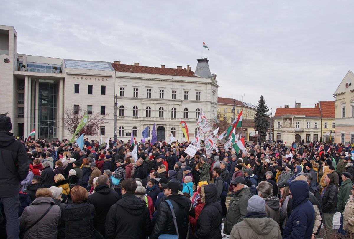 Tüntetés a miskolci városháza előtt 2019. január 19-én.