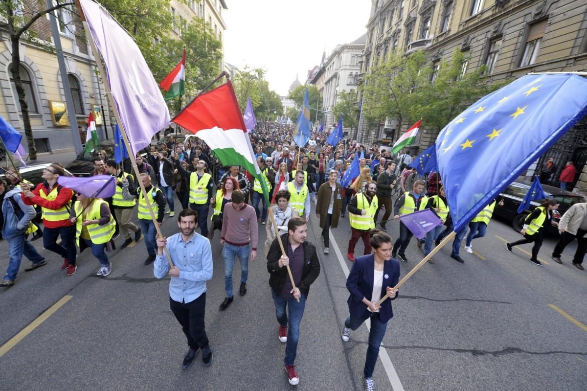 Fekete-Győr András, a Momentum Mozgalom elnöke (elöl, b) és résztvevők zászlókkal vonulnak a Momentum Mozgalom Európához tartozunk! jelmondattal meghirdetett demonstrációján, a Szabadság térről a Hősök terére 2017. május 1-jén.