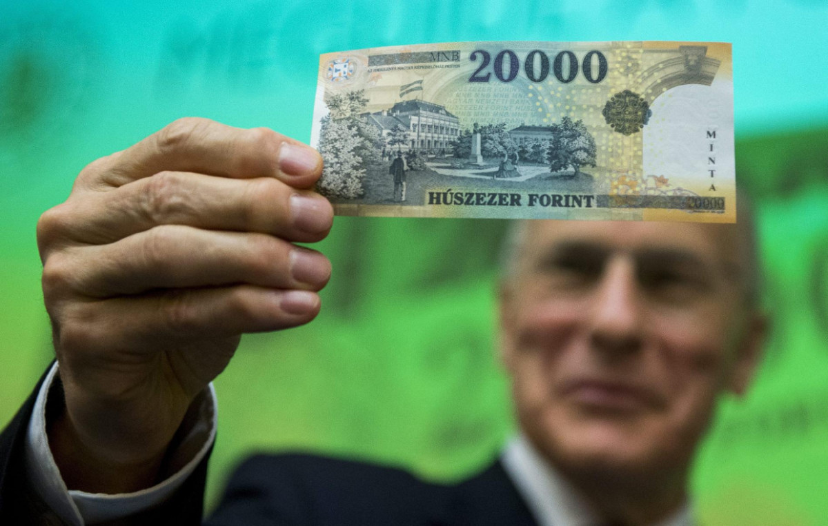 Történelmi mélypont közelébe gyengült a forint