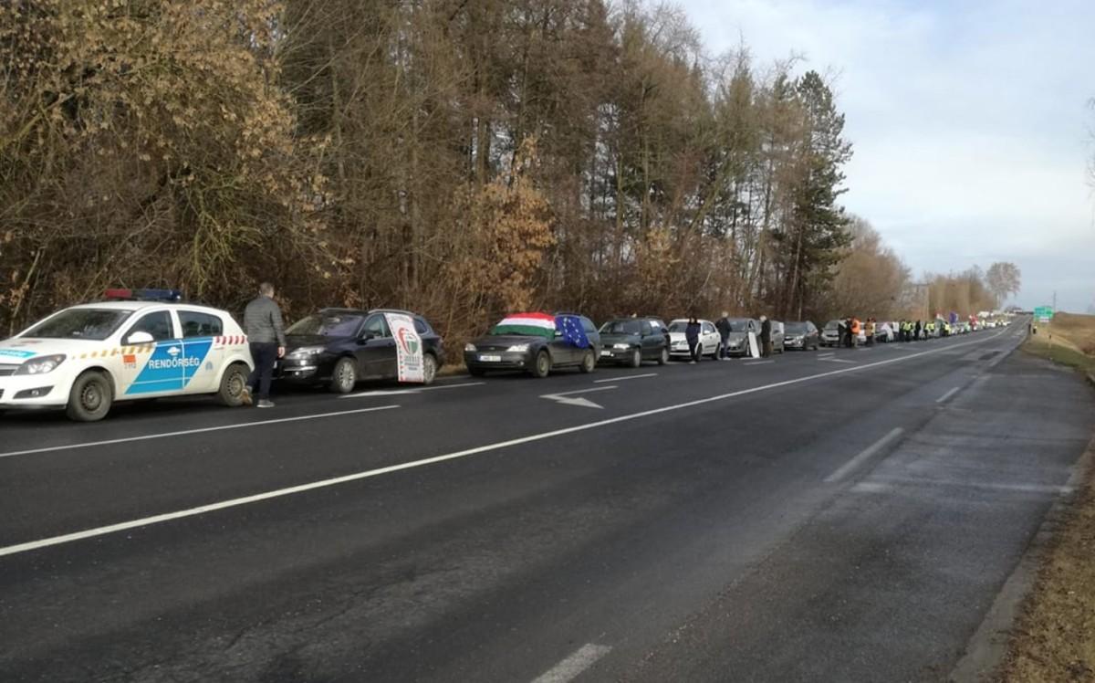 Forgalomlassító tüntetést tartottak Nagykanizsán ellenzékiek és szakszervezetek