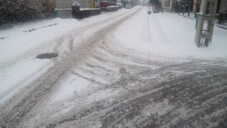 Miközben ilyenek voltak az utak Nagykátán, a hókotró a helyi műfüves focipályát takarította.