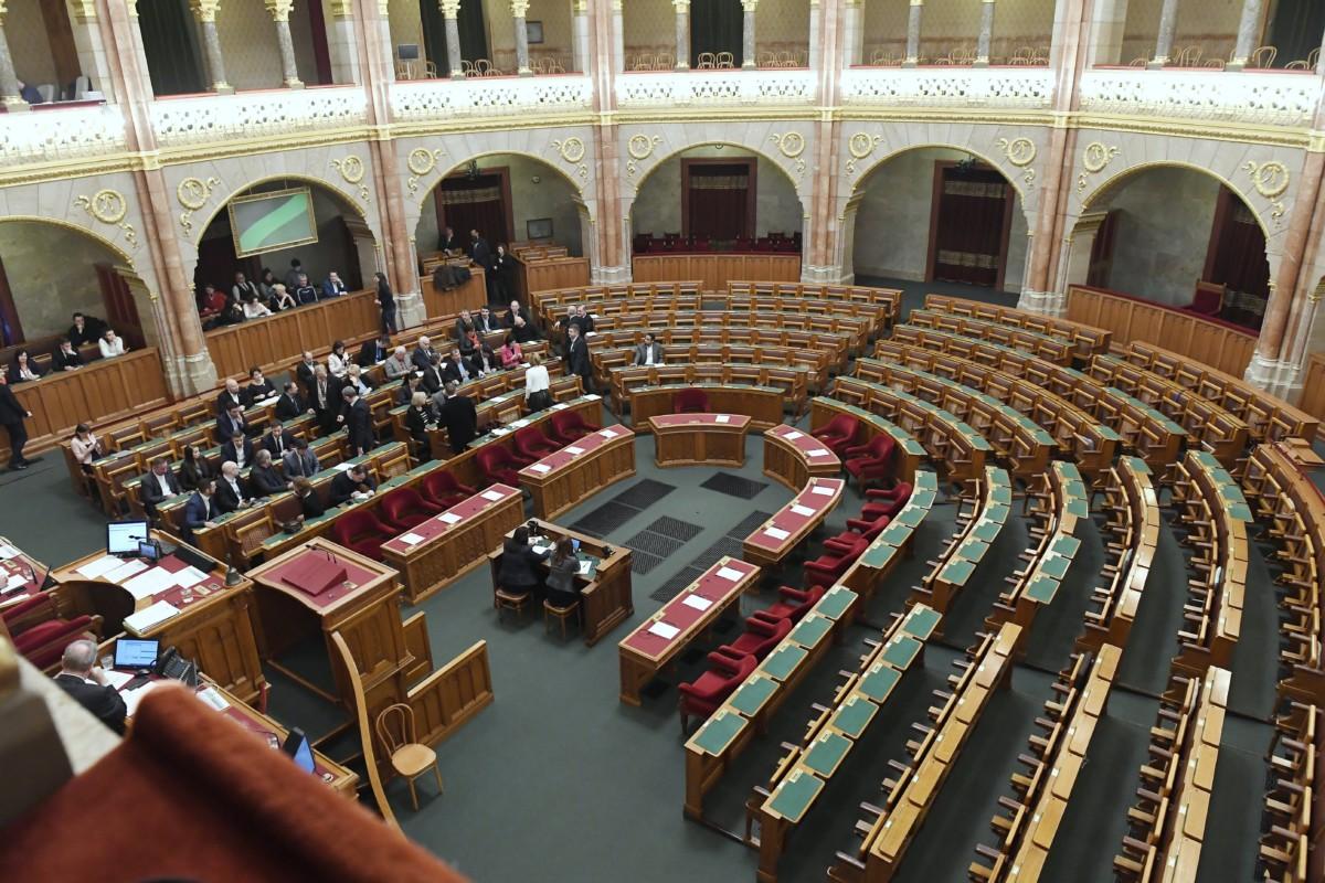Képviselők az Országgyűlés rendkívüli ülésén 2019. január 3-án. Az ülést az ellenzéki pártok, a Jobbik, az MSZP, a DK, az LMP és a Párbeszéd, valamint független képviselők is kezdeményezték; a Fidesz és a KDNP képviselői nem jelentek meg.
