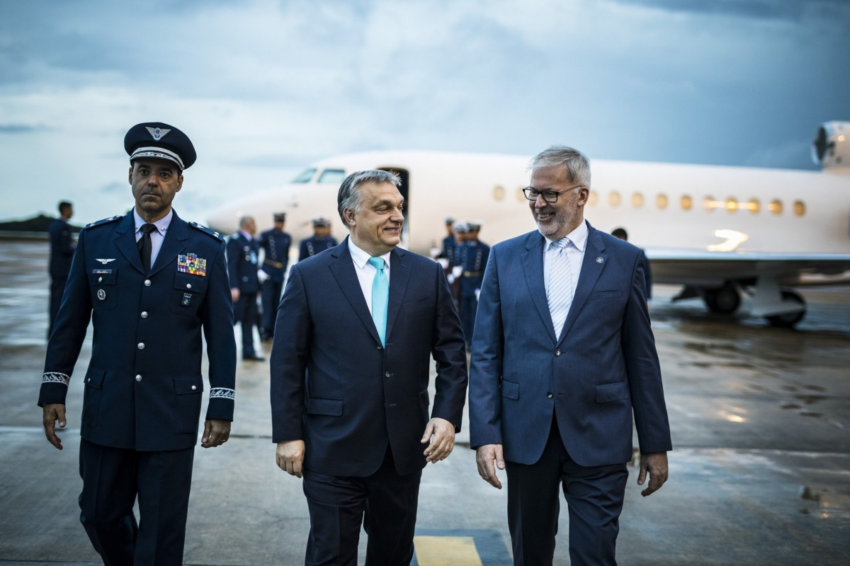 A Miniszterelnöki Sajtóiroda által közreadott képen Orbán Viktor miniszterelnök (k) érkezik Brazíliavárosba 2018. december 31-én este.