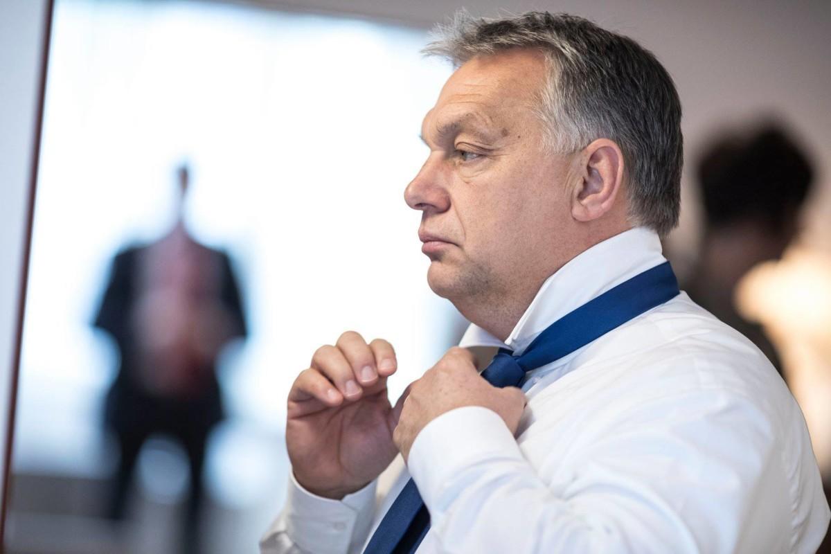 Orbán a Facebookon szabadkozik, amiért végre neki kell újságírók elé állnia