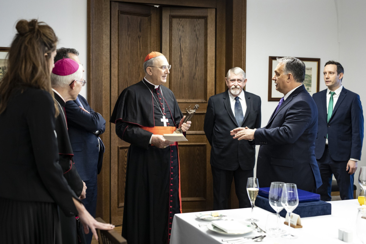 A Miniszterelnöki Sajtóiroda által közreadott képen Orbán Viktor miniszterelnök (j2) és Mario Zenari nuncius (k) a miniszterelnök hivatalában, a Karmelita kolostorban Budapesten 2019. január 22-én. Mellettük Kásler Miklós, az emberi erőforrások minisztere (j3) és Azbej Tristan, a Miniszterelnökség üldözött keresztények megsegítéséért felelős államtitkára (j).