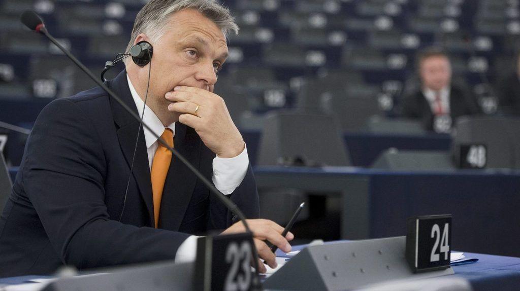 Ma döntenek a Fidesz sorsáról – Juncker kirúgná, a CDU elnöke csak felfüggesztené Orbánékat