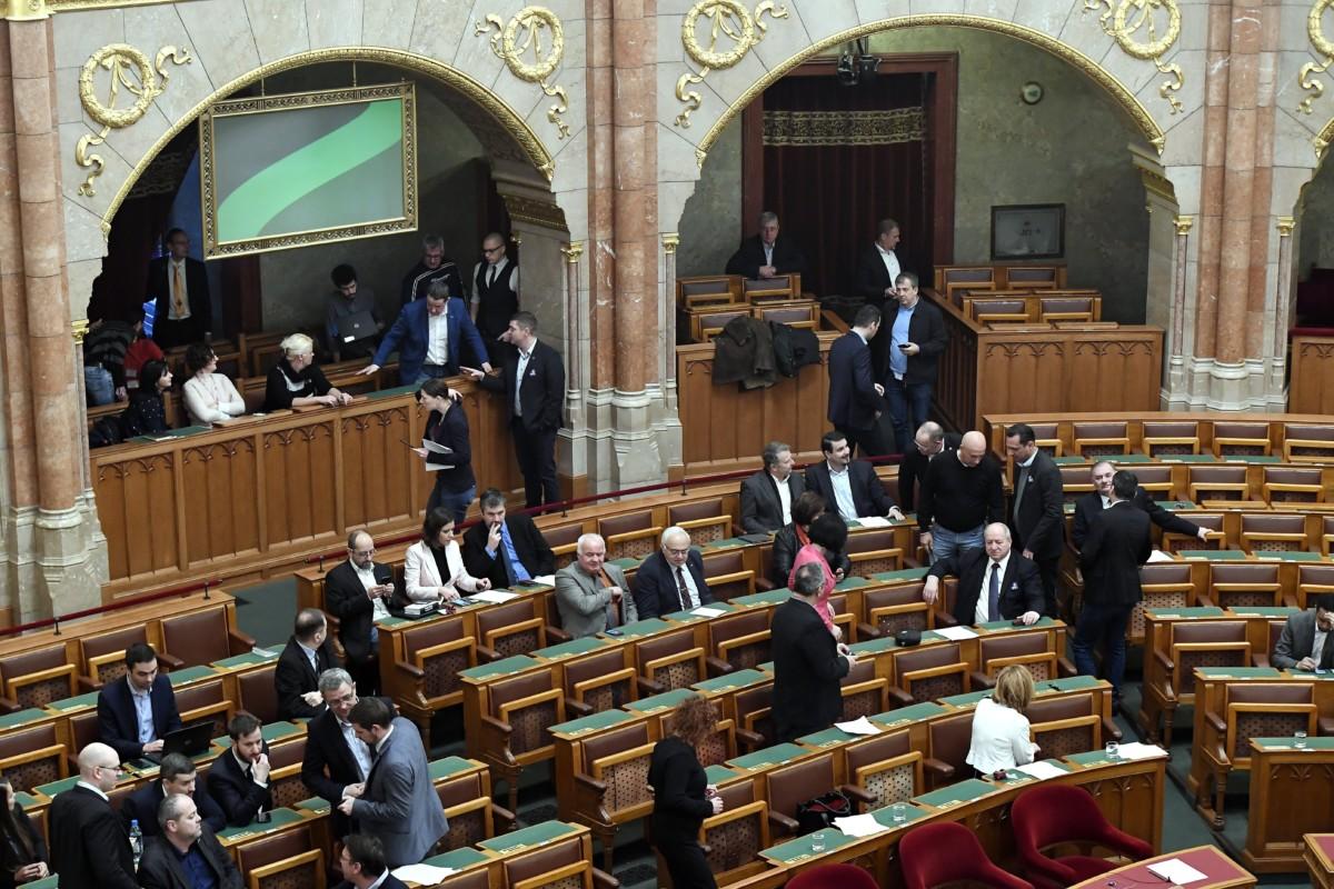 Képviselők az Országgyűlés rendkívüli ülésén 2019. január 3-án.
