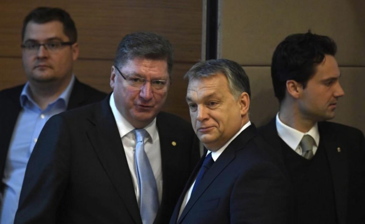 Parragh László, a Magyar Kereskedelmi és Iparkamara (MKIK) elnöke és Orbán Viktor miniszterelnök (középen, b-j) a kamara gazdasági évnyitóján a Boscolo Budapest szállodában 2017. február 28-án.