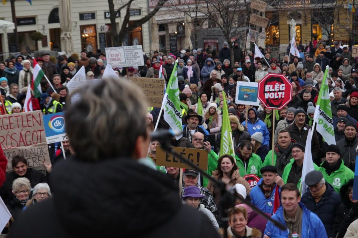 """""""Az évi négyszáz óra túlmunka szétzülleszti a családokat"""" – Pécsen is tüntettek szombaton"""