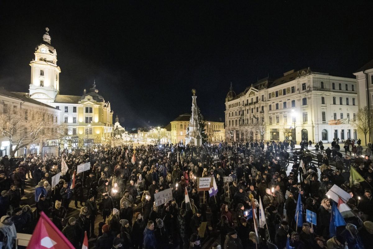 Résztvevők a rabszolgatörvény ellen tartott demonstráción a pécsi Széchenyi téren 2019. január 4-én.