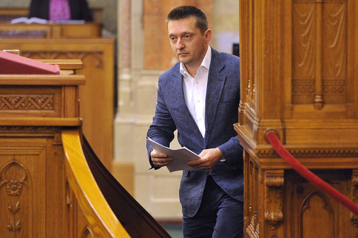Rogán Antal, a Fidesz frakcióvezetője, a párt vezérszónoka a jövő évi költségvetésre vonatkozó javaslat általános vitájában felszólalásához készül az Országgyűlés plenáris ülésén 2015. május 27-én.
