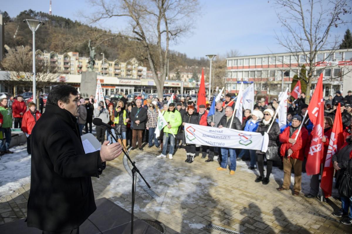 Rabi Ferenc, a Bánya, Energia és Ipari Dolgozók Szakszervezetének elnöke beszédet mond a rabszolgatörvény elleni tüntetésen Salgótarjánban, a Förster Kálmán téren 2019. január 19-én.