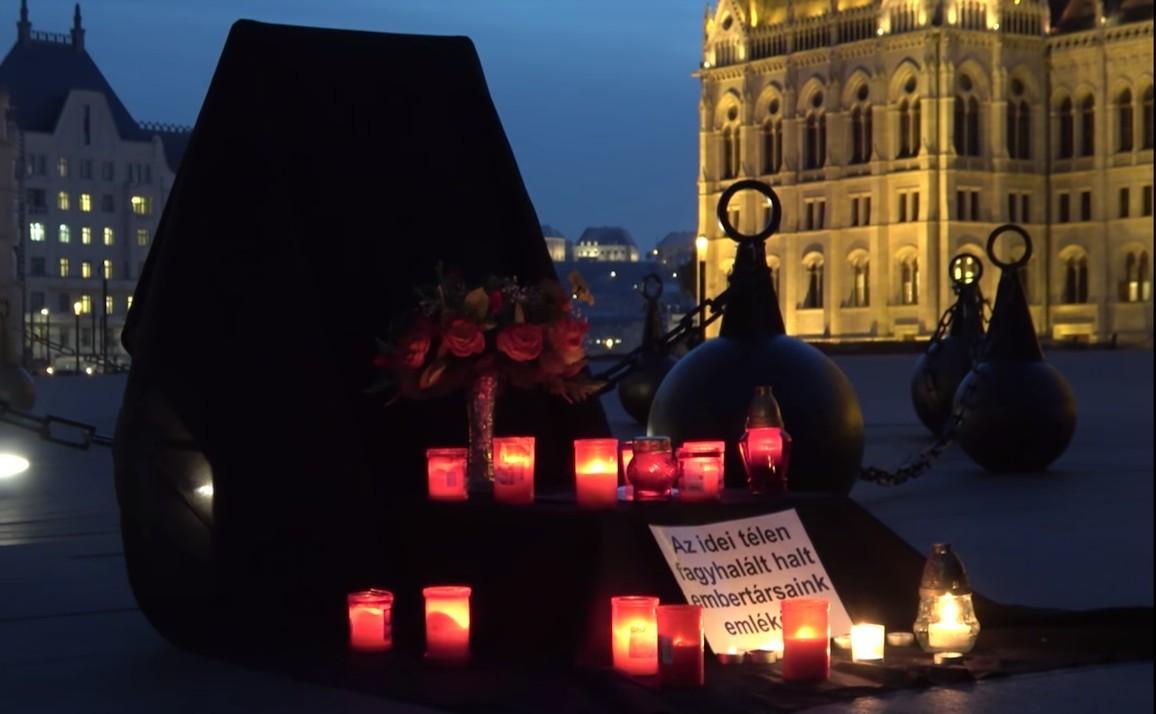 Síremléket állítottak a Parlamenthez a halálra fagyottak emlékére