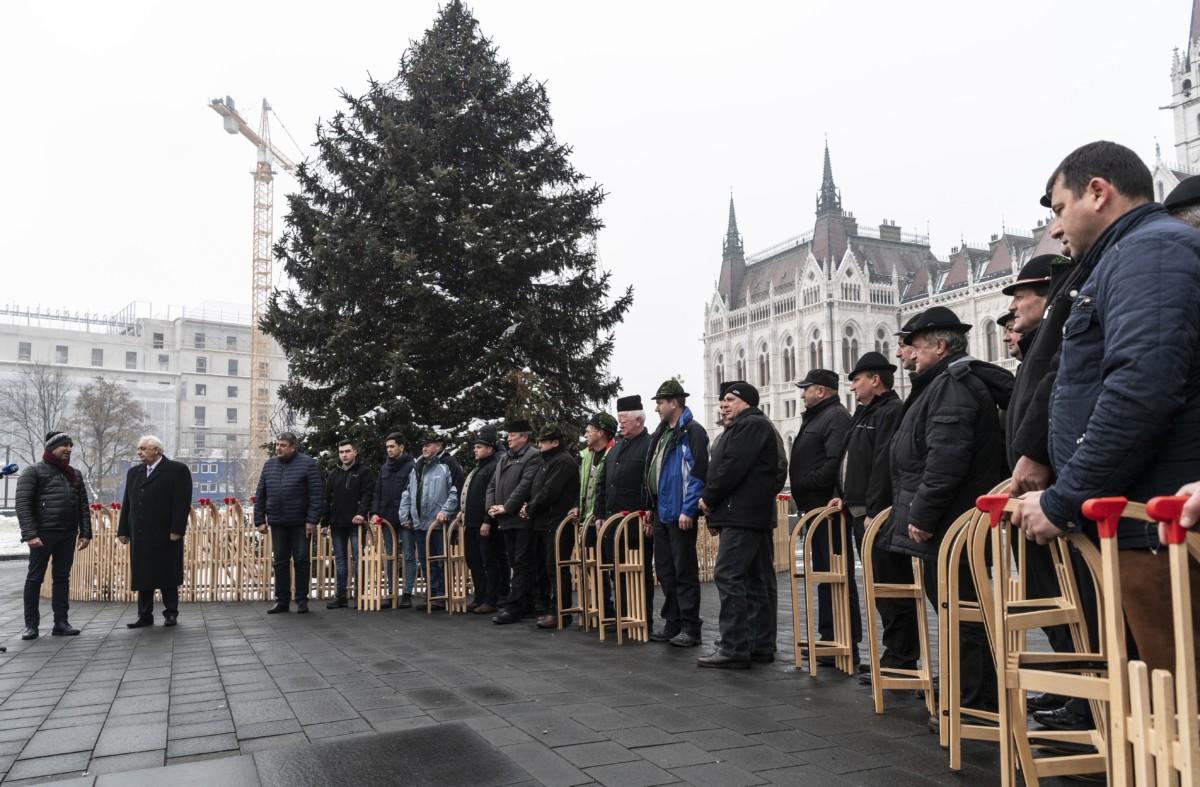 Latorcai János, az Országgyűlés kereszténydemokrata alelnöke (b2), Antal Tibor, a Gyimes Völgye Férfikórus kórusvezetője (b) és kórustagok az Ország Karácsonyfájánál a Kossuth téren 2018. december 21-én.