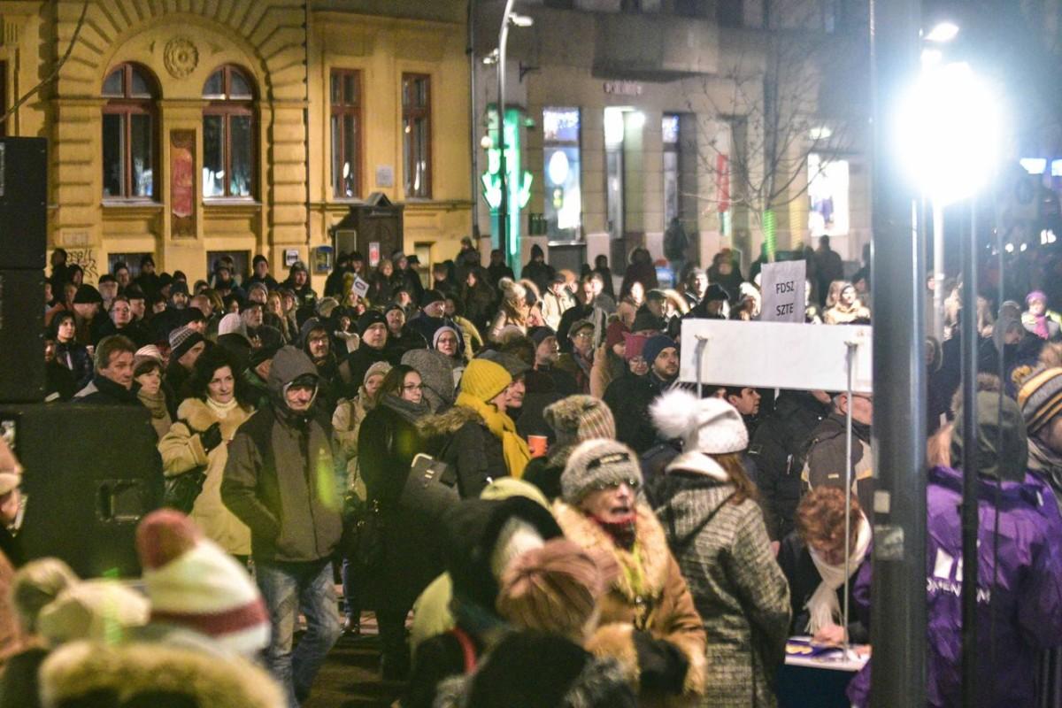 Orbánék ellen tüntettek Szegeden csütörtök este