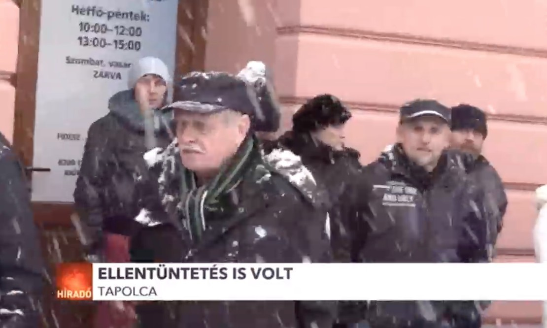 Testükkel védték a Fidesz-irodát a tapolcai hívek