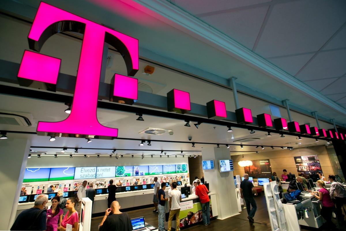 Érdeklődők a Magyar Telekom T-Pont üzletében, a budapesti Mammut bevásárlóközpontban.