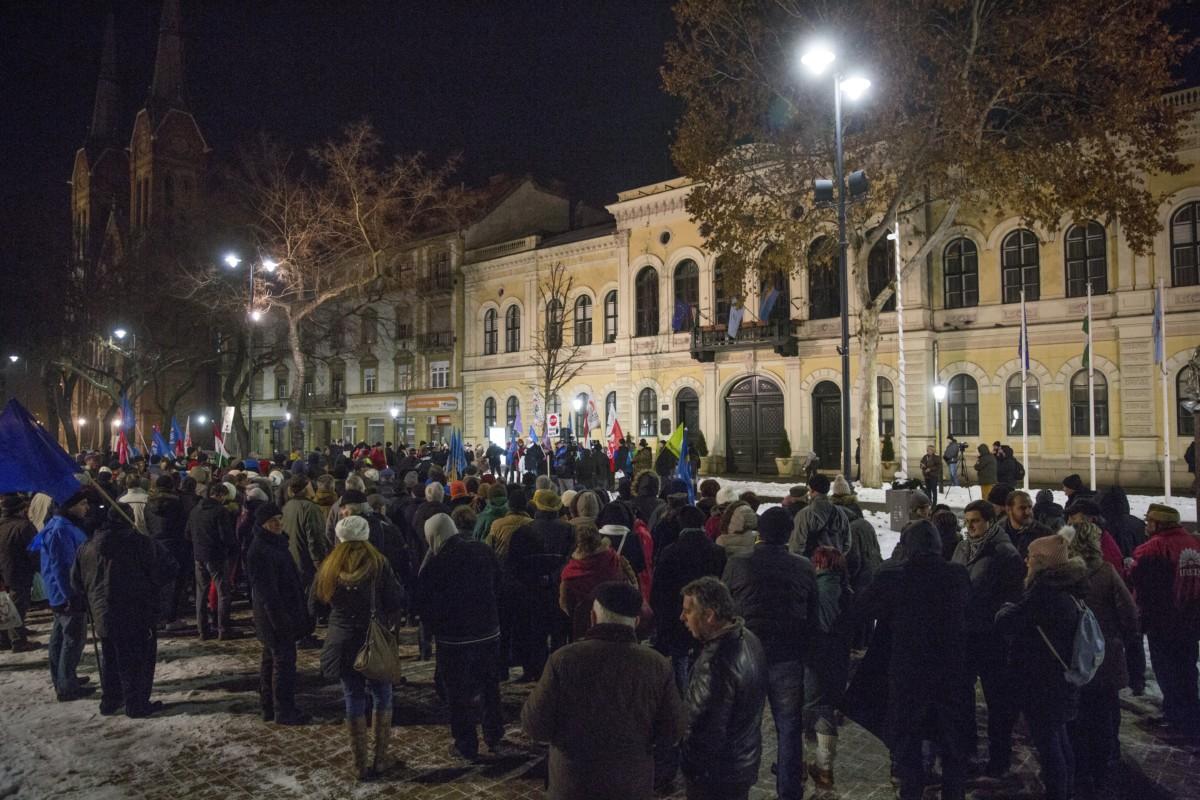 Résztvevők a munka törvénykönyvének módosítása, valamint a kormány ellen tüntetők demonstrációján a békéscsabai Szent István téren 2019. január 12-én.