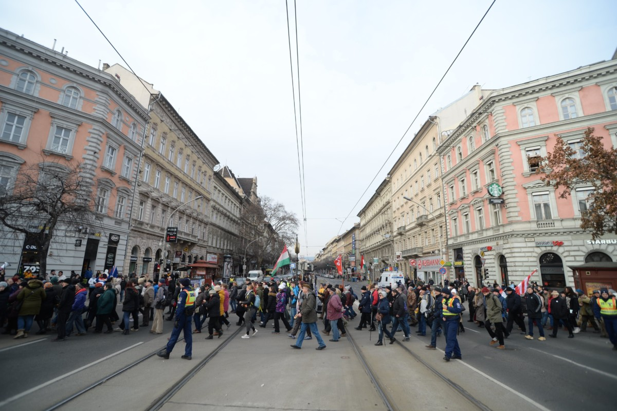 Résztvevők a rabszolgatörvény elleni tüntetésen Budapesten, az Oktogonnál 2019. január 19-én.