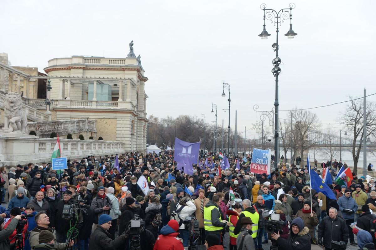Résztvevők a rabszolgatörvény elleni tüntetésen a fővárosi Várkert Bazár előtt 2019. január 19-én.
