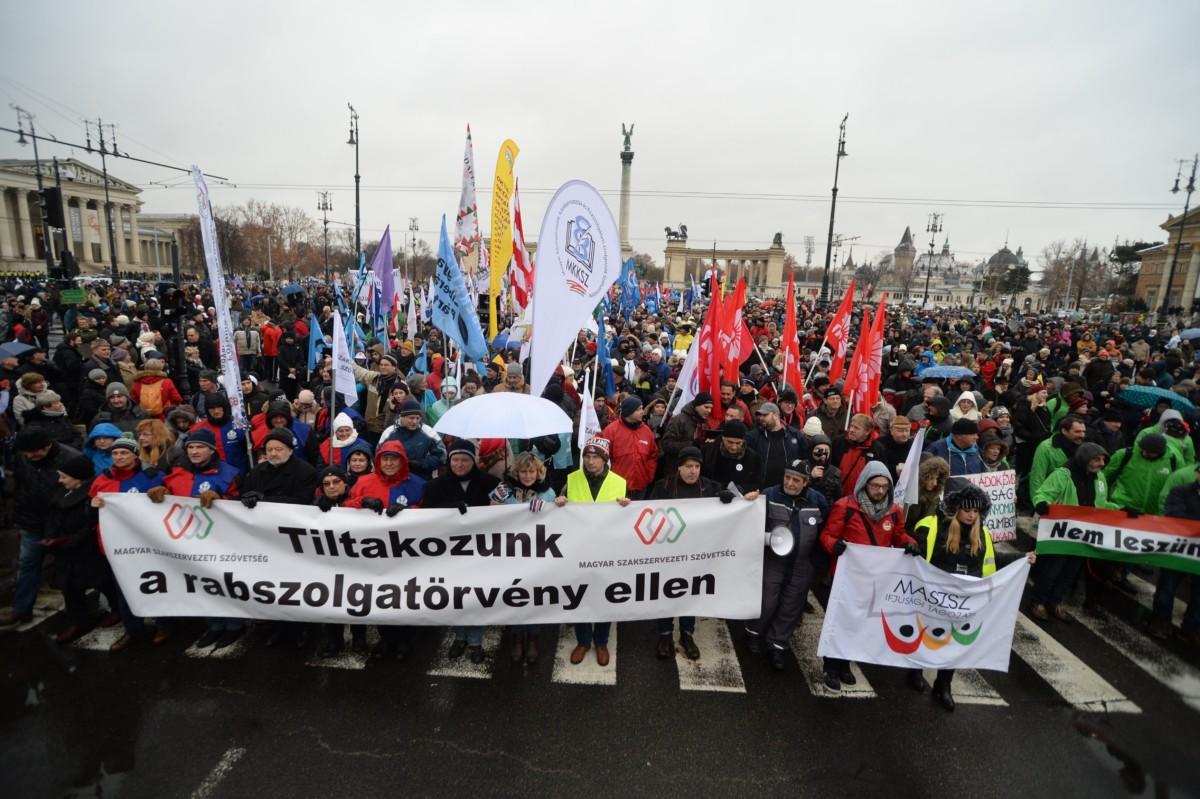 A budapesti kormányellenes tüntetés résztvevői gyülekeznek a Hõsök terén 2019. január 5-én.