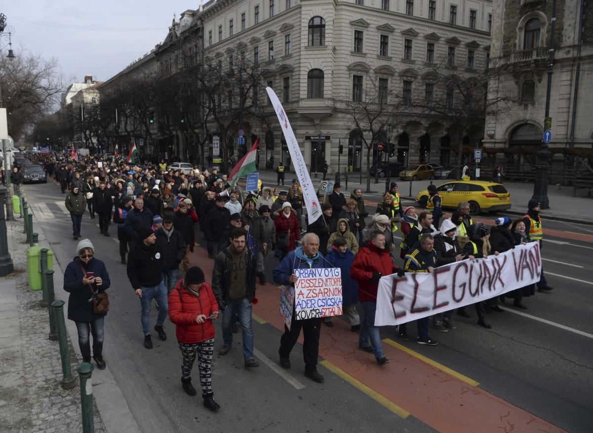 Résztvevők vonulnak a rabszolgatörvény elleni tüntetésen Budapesten, az Andrássy úton 2019. január 19-én.