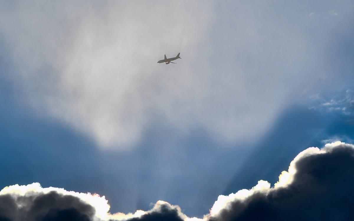 Utasszállító repülőgép Hortobágyról fotózva 2019. január 3-án.