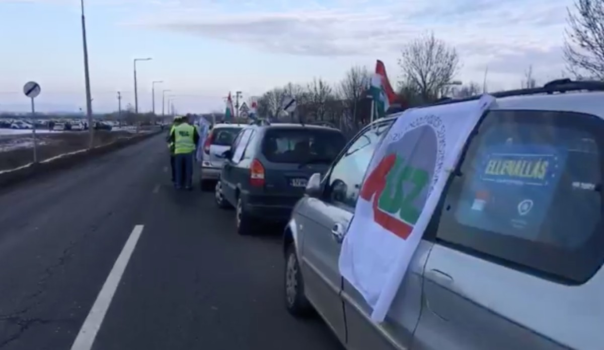 Félpályás útzárral tüntetnek a hatvani Bosch előtt