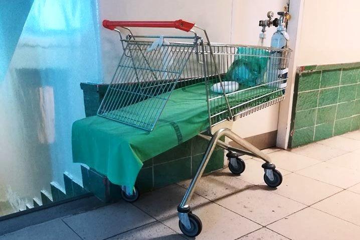 Bevásárlókocsiban szállítják a csecsemőket a szegedi kórházban
