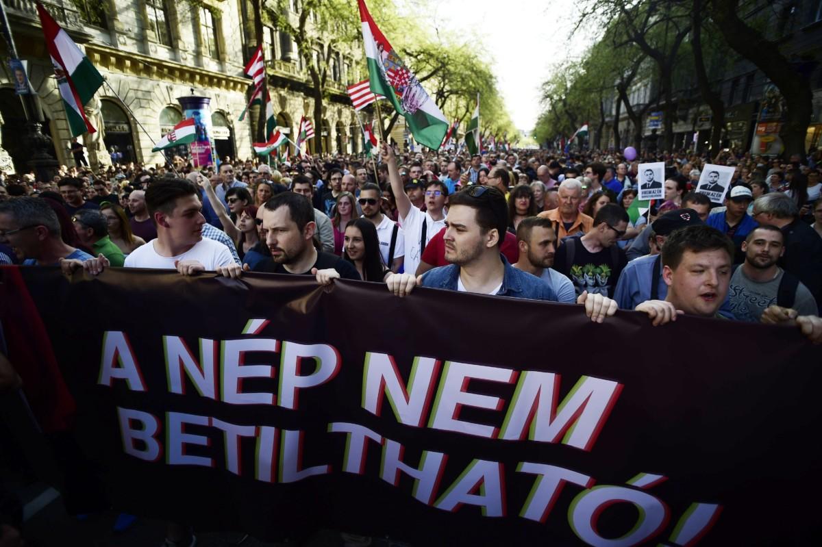 A Facebookon meghirdetett, ellenzéki pártok részvételével tartott demonstráció Budapesten, az Operaháznál az Andrássy úton 2018. április 14-én. A résztvevők az Operaháztól vonulnak a Kossuth térre. A transzparens felirata: A nép nem betiltható!