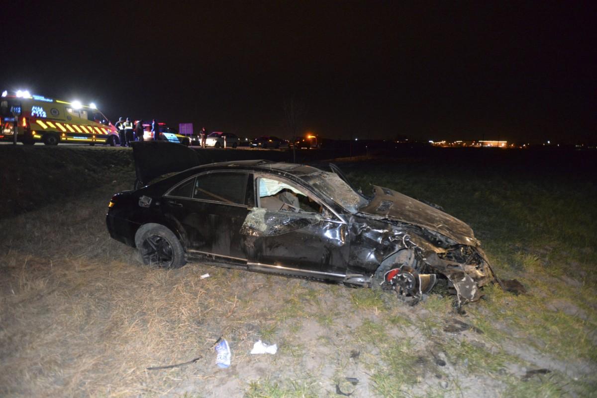 Összeroncsolódott személyautó Szigetszentmiklós közelében 2019. február 26-án. Az autó sofőrje egy körforgalomban elvesztette a jármű felett az irányítást, a gépkocsi többször megpördült, majd az út melletti árokba csapódott. A sofőr az autó alá szorult és a helyszínen meghalt, további két ember megsérült.