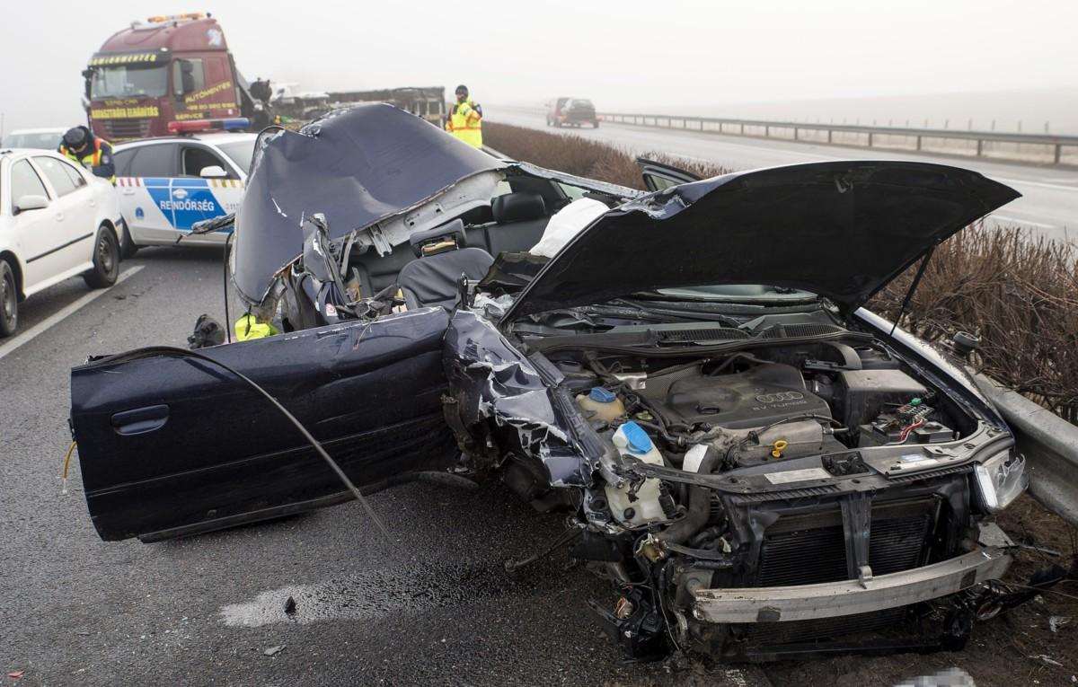 Összetört személygépkocsi, miután kisteherautóval ütközött Győr közelében, az M1-es autópálya 110-es kilométerénél, a Hegyeshalom felé vezető oldalon 2019. február 10-én.
