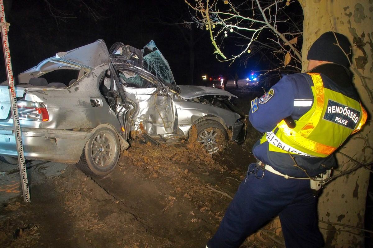 Balesetben összetört személygépkocsi az Izsák és Szabadszállás közötti úton 2019. február 8-án.