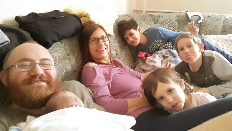 A család a Blikk által közölt fényképen. Októberben érkezett a legkisebb gyermek, itt még az édesanya, Judit is bizakodóan mosolyog.