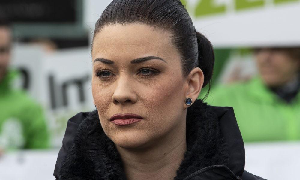Halott anyján keresztül támadja a Fidesz Demeter Mártát