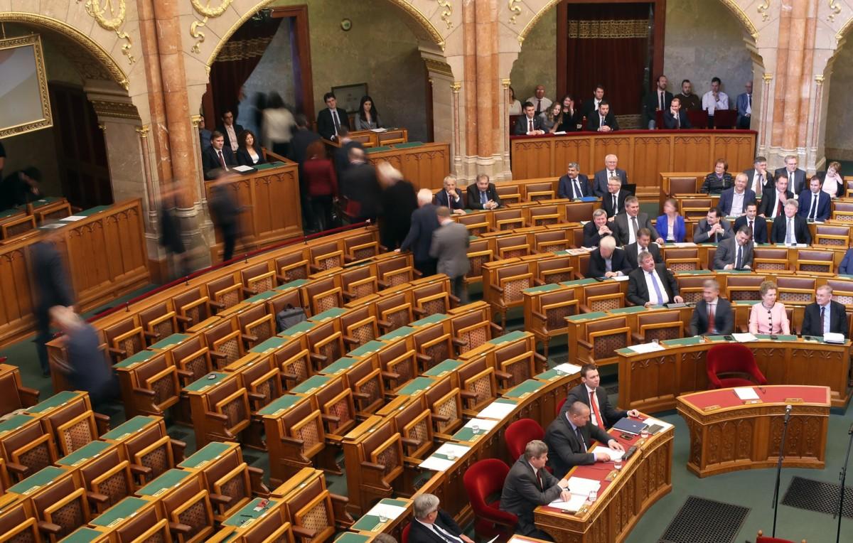 Az ellenzéki képviselők kivonulnak az ülésteremből az Országgyűlés plenáris ülésének kezdetén 2019. február 18-án.